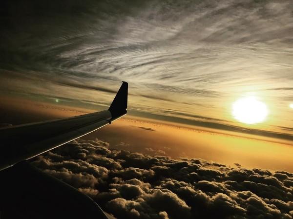 Kadang di dalam pesawat, dia suka foto-foto panorama di langit. Kece juga! (tomholland2013/Instagram)