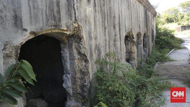 Ilalang tumbuh bebas di bangunan induk Benteng Batere A, padahal sudah ada pihak yang ditunjuk untuk memelihara situs ini.