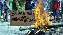 Video Warga Bakar Ban untuk Protes Jalan Rusak