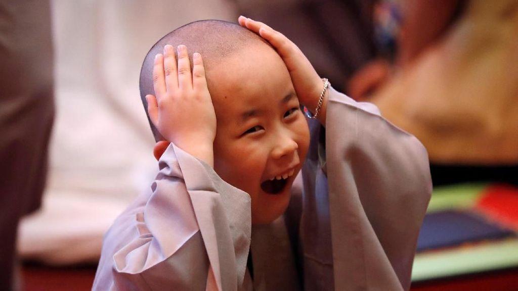 Ekspresi Kocak Biksu Cilik Korsel saat Digunduli
