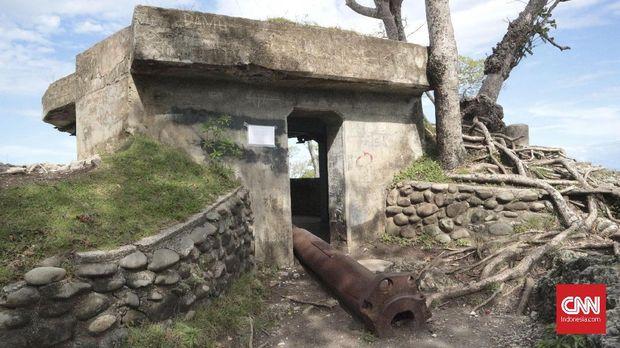 Bangunan induk dan meriam buntung di Benteng Anoi Itam.