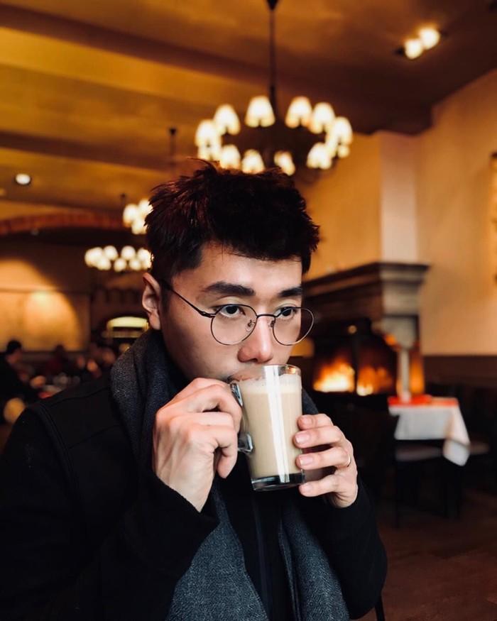 Roy termasuk orang yang aktif di media sosial, termasuk instagram. Lewat akunnya @roykiyoshi, ia banyak membagikan berbagai momen termasuk momen makannya. Seperti foto saat ia asyik menyesap segelas kopi hangatnya. Foto: instagram @roykiyoshi