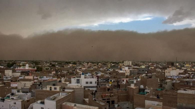 Badai Pasir Terjang India, 77 Orang Tewas
