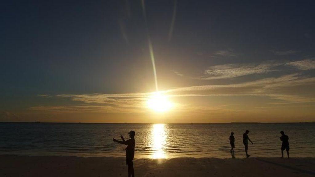 Kehangatan Sunset di Pasir Panjang Maluku
