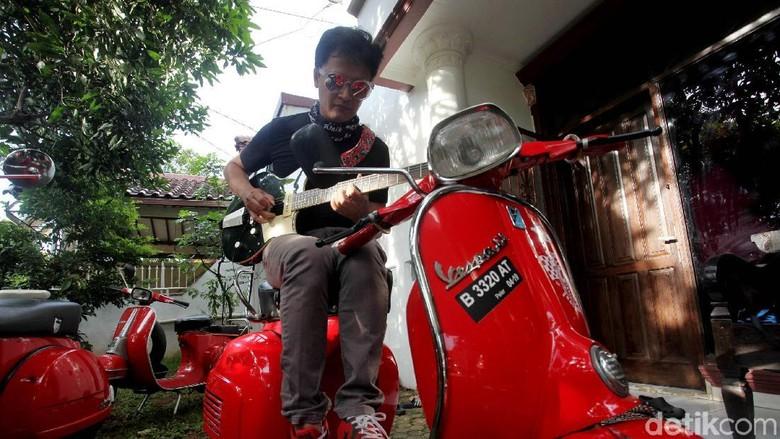 Denny Chasmala dan Vespa SS miliknya Foto: Lamhot Aritonang