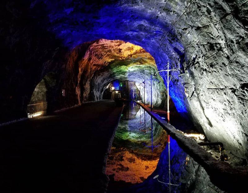 Nemocon Salt Mine atau disebut juga Mina de Sal de Nemocon adalah sebuah bekas tambang garam yang berada di Kota Nemocon di Colombia. bekas tambang garam ini punya penampilan yang bisa dibilang artistik (alfredohch/Instagram)