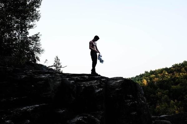Saat foto-foto di suatu tempat, tak jarang Tom Holland memamerkan otot-ototnya (tomholland2013/Instagram)