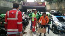 Marah, Ojol Bongkar Perbaikan Jalan di Casablanca yang Bikin Macet