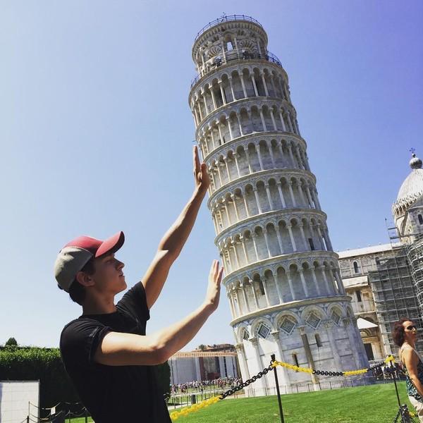Saat di Italia, Tom Holland pernah berfoto di Menara Pisa. Siapa yang pernah foto dengan pose seperti ini juga? (tomholland2013/Instagram)