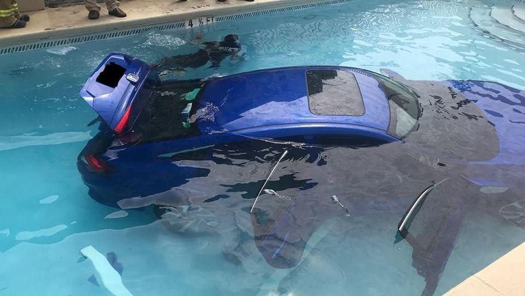 Ibu Tidak Parkir dengan Baik, Mobil Kecebur di Kolam