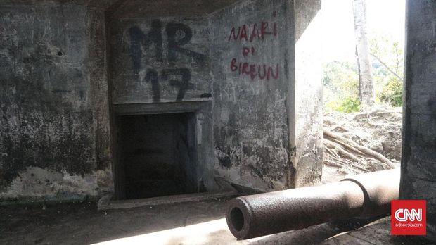 Coretan di dinding bangunan induk Benteng Anoi Itam.
