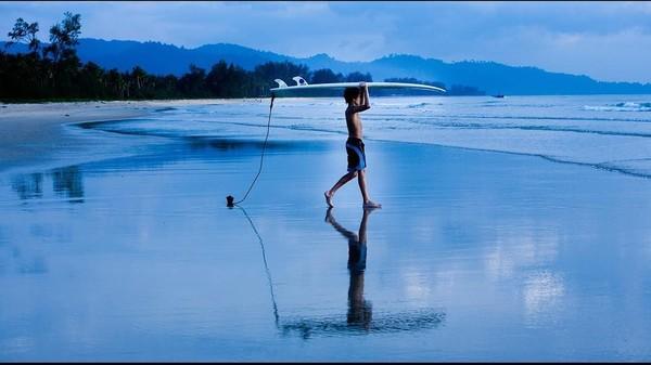 Missing Thailand itulah caption pada foto ini. Suka main surfing juga ya? (tomholland2013/Instagram)