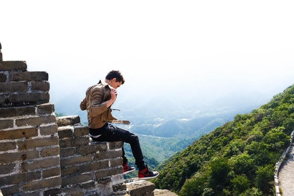 Dream come true. Always wanted to visit the wall and it lived up to every expectation begitu caption fotonya. Inilah saat Tom Holland di Tembok Besar China (tomholland2013/Instagram)
