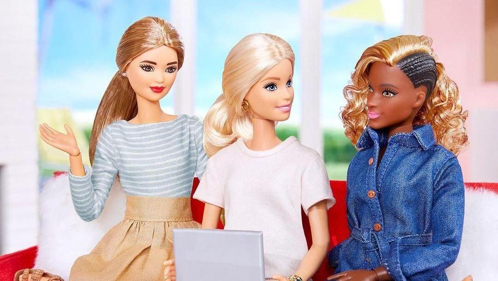 Seniman Wanita Ini Mutilasi Boneka Barbie Jadi Perhiasan