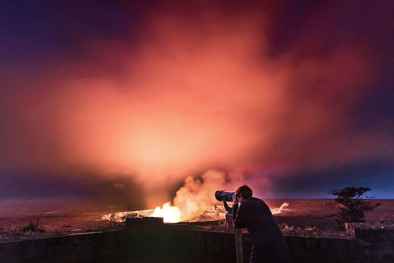 CNN Travel mengeluarkan daftar gunung api paling fotogenik. Salah satunya Kilauea di Hawaii dengan danau lavanya yang populer. Biasanya fotografer datang untuk memotret indahnya perpaduan danau lava itu dengan langit malam penuh bintang (NPS Photo/Janice Wei)