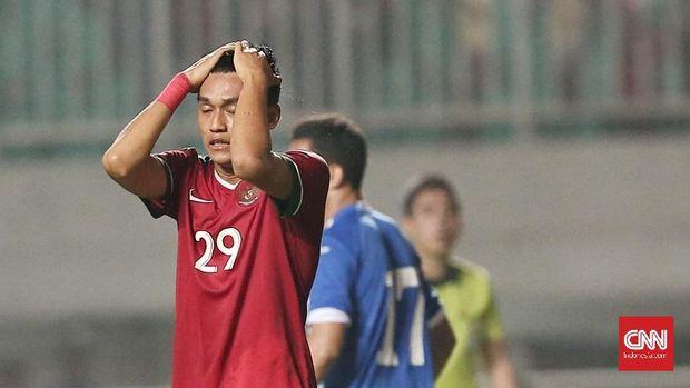 Septian David Maulana gagal mencetak gol lewat titik putih.