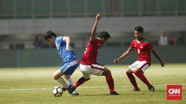 Timnas Indonesia mencoba melancarkan serangan ke pertahanan Uzbekistan. (