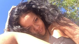 Rihanna Tampil Seksi, Netizen Salfok Sama Bulu Kakinya
