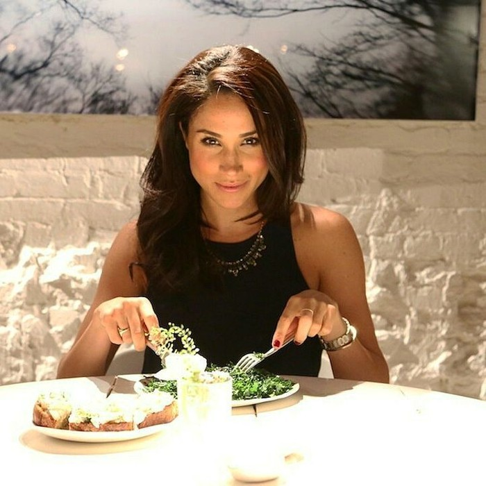 Wanita bernama lengkap Rachel Meghan Markle ini memang menjalani pola hidup sehat. Lihat saja makanannya kala itu. Sepiring salad, beberapa potong kue, dan segelas air putih. Foto: Instagram @meghanmarkle_hd