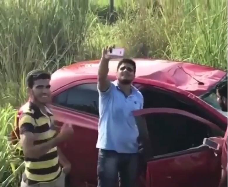 Pemuda selfie setelah kecelakaan. Foto: Instagram/Crashcams