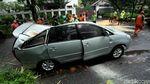 Mobil Ringsek Tertimpa Pohon di Kebayoran Baru