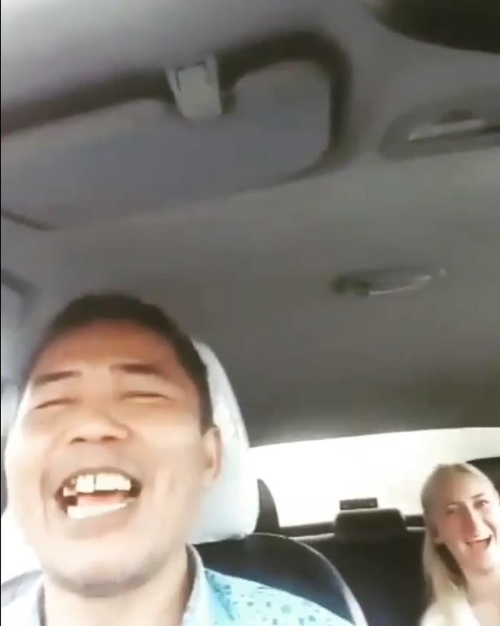 Video sopir taksi ajak ngobrol bule dengan logat english ngapak (Foto: Screenshot video viral)
