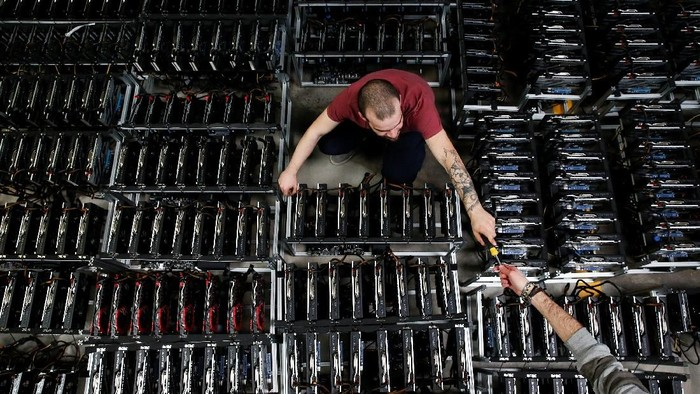 Employees work on bitcoin mining computers at Bitminer Factory in Florence, Italy, April 6, 2018. Picture taken April 6, 2018. REUTERS/Alessandro Bianchi