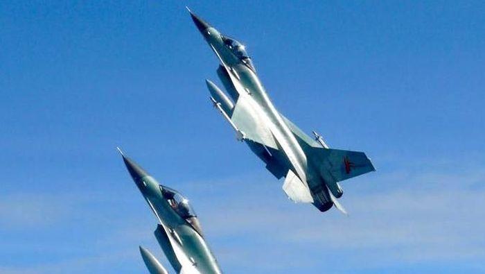 Pesawat tempur F-16 TNI AU mengejar dan menghancurkan empat pesawat asing yang memasuki wilayah udara yurisdiksi nasional Indonesia secara ilegal. Aksi itu bagian dari skenario latihan TNI AU.