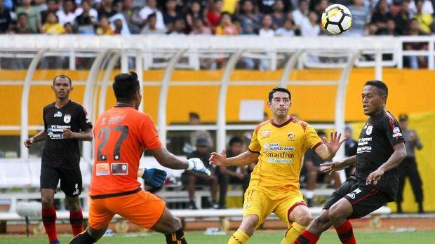 Esteban Vizcarra mencetak dua gol yang menyelamatkan Sriwijaya dari kekalahan kandang.