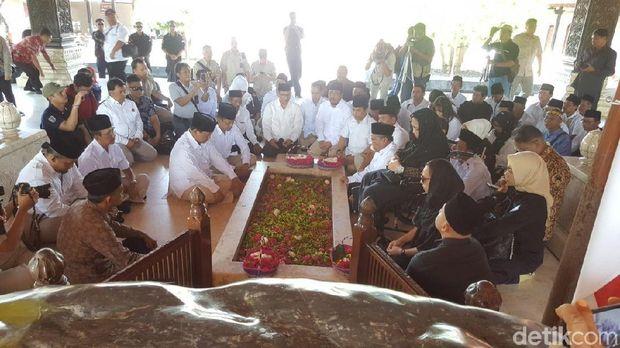Ziarah ke Makam BK, Prabowo Disambut Pemuda #2019GantiPresiden