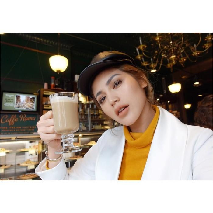 Akrtris cantik berusia 30 tahun ini pecinta kopi. Ia lebih memilih segelas es kopi daripada secangkir kopi latte hangat. Foto: Instagram @inijedar