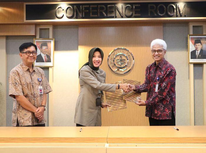 Foto: Kepala Barantan Banun Harpini dan Kepala Batan Djarot Sulistio Wisnubroto (Dok. Kementan)