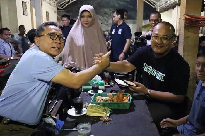 Di Tulungagung, Zulkifli bertemu komikus lokal yang karyanya mendunia lewat Marvel Studios. Secangkir kopi hitam dan gorengan jadi kudapan kala keduanya bertemu. Foto: Instagram zul.hasan