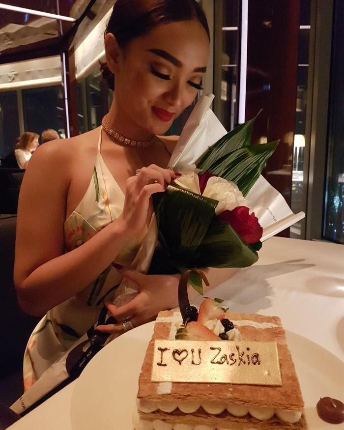 Memiliki nama asli Surkianih, Zaskia Gotik dikenal dengan goyang itiknya. Penyanyi ini juga aktif membagikan fotonya ketika sedang makan bersama teman dan keluarga. Foto: Instagram zaskia_gotix