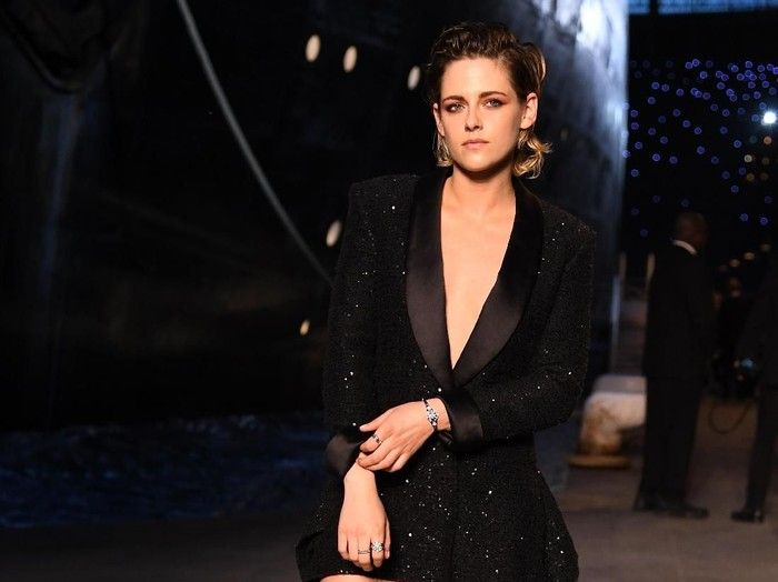 PARIS, FRANCE - MAY 03:  Kristen Stewart attends the Chanel Cruise 2018/2019 Collection at Le Grand Palais on May 3, 2018 in Paris, France.  (Photo by Pascal Le Segretain/Getty Images for Chanel)
