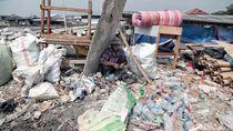 Cuaca Buruk, Nelayan Muara Angke Jadi Pemulung