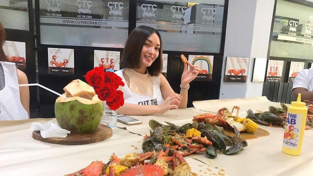 10 Gaya Serunya Zaskia Gotik Saat Makan Kepiting hingga Buah Duren