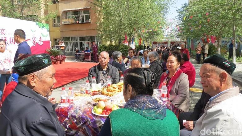 Suasana warga Xinjiang sedang berkumpul di Urumqi (Fitraya/detikTravel)