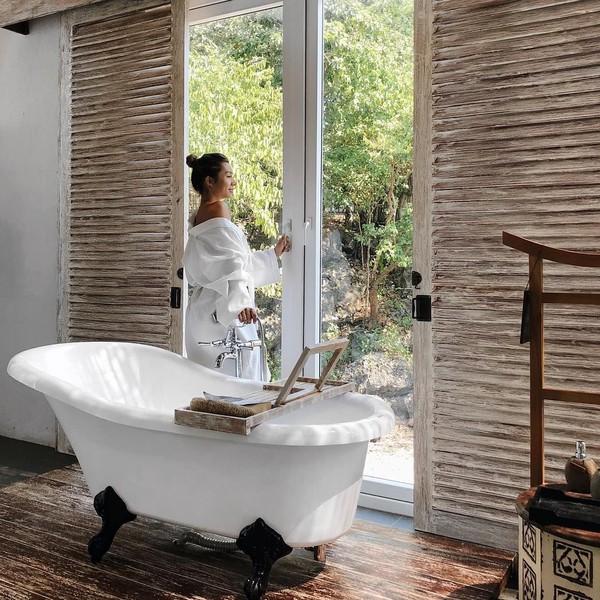 Layaknya influencer, Jennifer Bachdim juga memposting fotonya di kamar mandi resort. Makin seksi kalau begini (jenniferbachdim/Instagram)