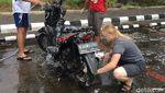 Potret Heboh Bule di Tebet Cuci Gratis Motor Pengendara
