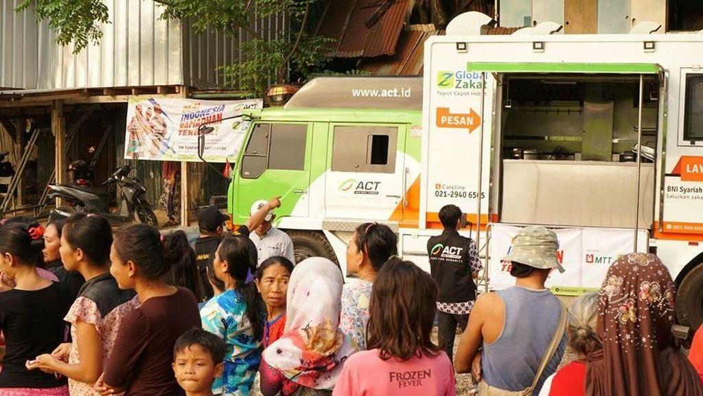 Ada Food Truck Bagi-bagi Makanan Gratis di Kampung Pemulung