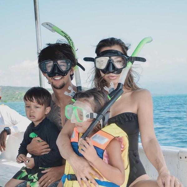 Bukan liburan namanya, jika tidak mengajak suami dan kedua anak. Jennifer pun sempat melakukan kegiatan snorkeling bareng Irfan dan kedua buah hati. Seru ya! (jenniferbachdim/Instagram)