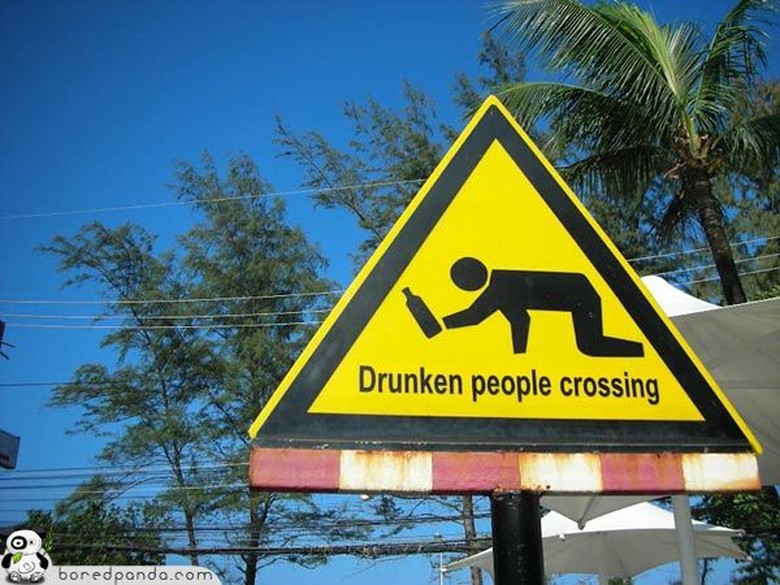 Tanda penyeberangan jalan untuk orang-orang yang mabuk. (Foto: Boredpanda)