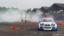 Aksi Drifter Bakar Ban Mobil Hibur Masyarakat Pondok Cabe