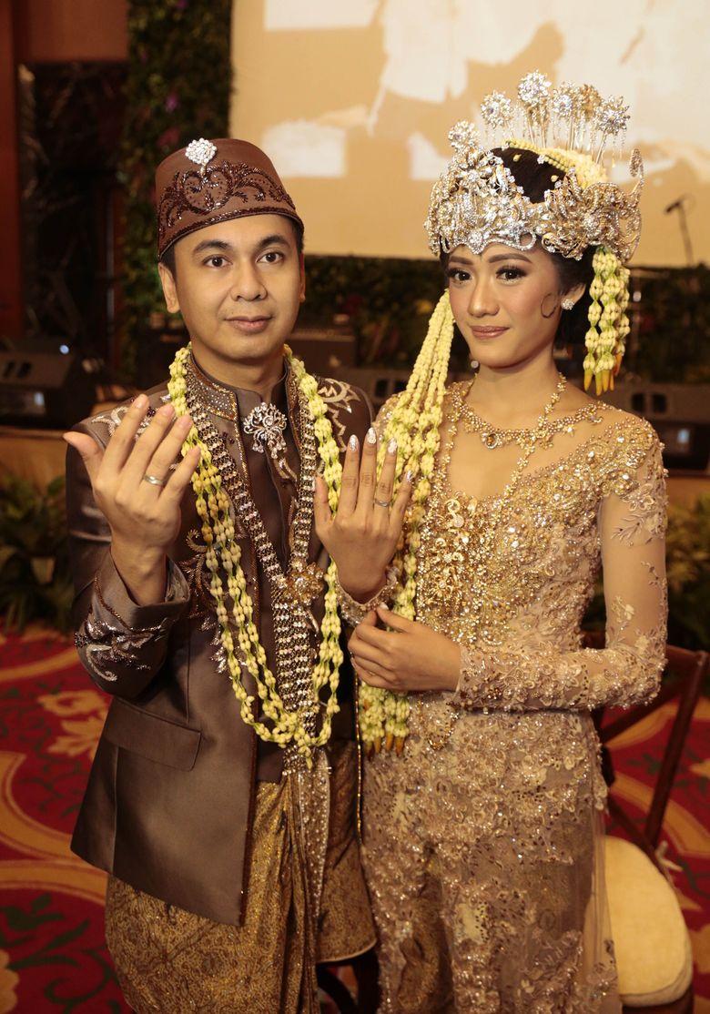Raditya Dika dan Anissa Aziza pamer cincin kepada awak media. Foto: Mauludi Rismoyo