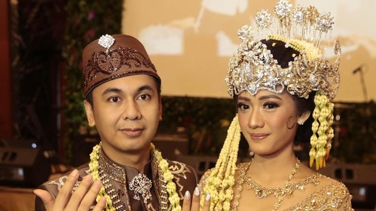 Resmi Menikah, Raditya Dika dan Anissa Aziza Pamer Cincin