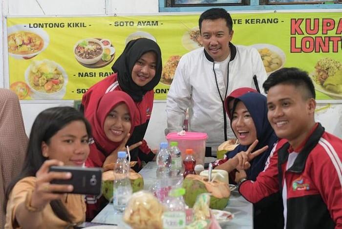 Pembawaannya yang kalem tak membuat Imam Nahrawi lantas menjadi orang yang kaku. Ia dikenal ramah dan suka menghabiskan waktu bersama para atlet Indonesia. Ini momennya minum es kelapa saat bersama atlet di Sidoarjo. Foto: instagram @nahrawi_imam