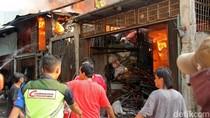 Si Jago Merah Lumat Lapak Barang Bekas di Dekat Stasiun Rajawali
