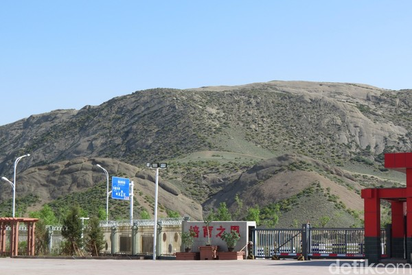 Di luar Kota Urumqi langsung padang rumput dan perbukitan. Selama ribuan tahun, etnis asli Xinjiang hidup di padang rumput (Fitraya/detikTravel)