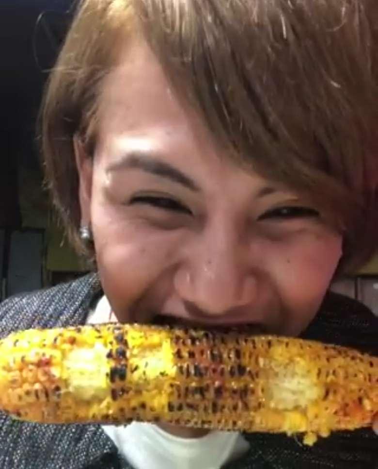 Duh, makan jagung bakarnya nggak pake jaim alias jaga image. Jidatnya sampe mengkerut dan matanya hampir tertutup. Foto: Instagram @evelinnadaanjani